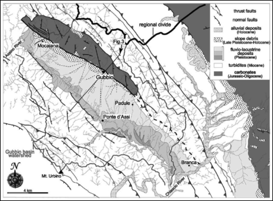 Figura 3: Schema geologico della zona di Gubbio. Il bacino (la valle allungata in senso nordovest-sudest) è indicato con il grigio chiaro.  La faglia di Gubbio è la linea nera continua che borda il bacino intorno e a nord di Gubbio, mentre appare tratteggiata a sud, perché meno visibile in affioramento (da Collettini et al., 2003).