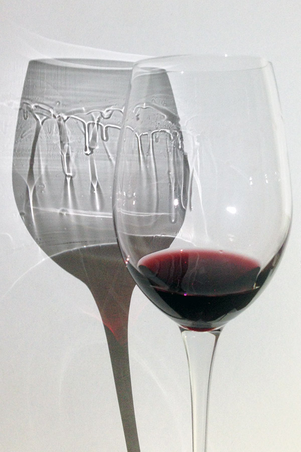 Archetti in un calice di Montepulciano d'Abruzzo, meglio visibili nell'ombra che direttamente nel bicchiere.