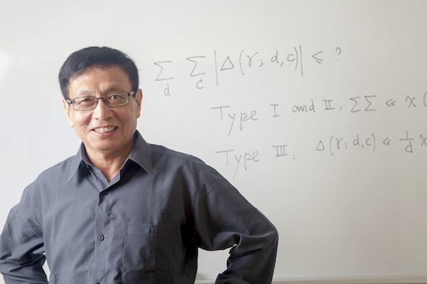 Il professor Yitang Zhang, fino a poco più di un anno fa semisconosciuto docente dell'Università del New Hampshire e ora famoso per le sue scoperte sui numeri primi (Courtesy of the John D. & Catherine T. MacArthur Foundation)