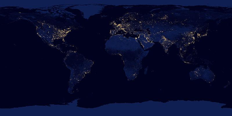 Una composizione di immagini satellitari notturne dell'intero pianeta Terra: si vede bene come, nei paesi più industrializzati, l'inquinamento luminoso delle nostre notti sia particolarmente accentuato.