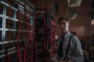 Un'immagine del film, con Alan Turing di fronte alla sua Bomba - © 2014 - The Weinstein Company