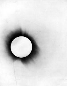 Una delle immagini originali di Arthur Eddington dell'eclissi del 1919
