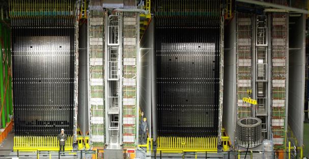 L'esperimento OPERA ai Laboratori Nazionali del Gran Sasso dell'Istituto Nazionale di Fisica Nucleare: in basso a destra un ricercatore ci aiuta a capire le dimensioni dell'apparato.