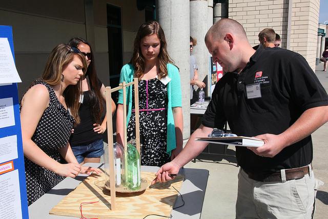 """Studenti di un liceo americano alle prese con il """"progetto di scienze"""", scena che abbiamo visto in un sacco di film (immagine dell'esercito USA)."""